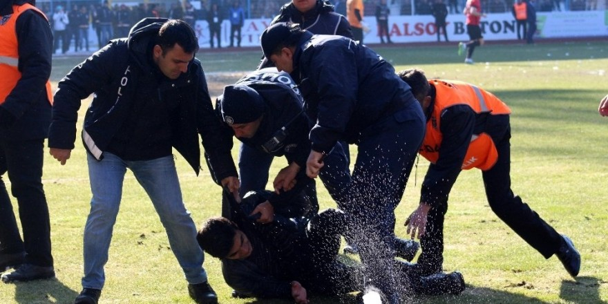 2. Lig maçında saha karıştı