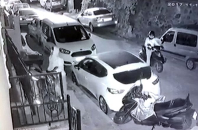 MOTOSİKLETLE GELİP MOTOSİKLET ÇALDILAR