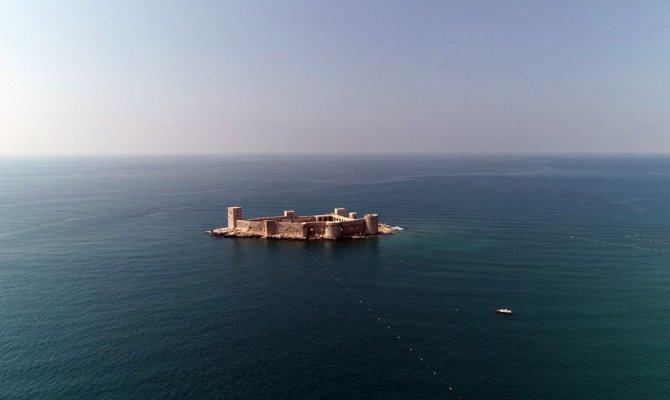 Denizin ortasındaki 2 bin 400 yıllık kale büyülüyor