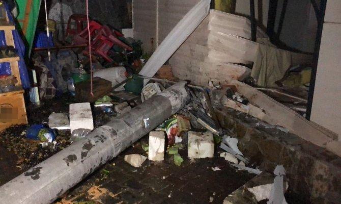Otomobil zeytin dükkanına girdi: 2 ölü