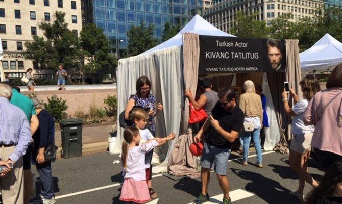 ABD'deki Kıvanç Tatlıtuğ standına yoğun ilgi