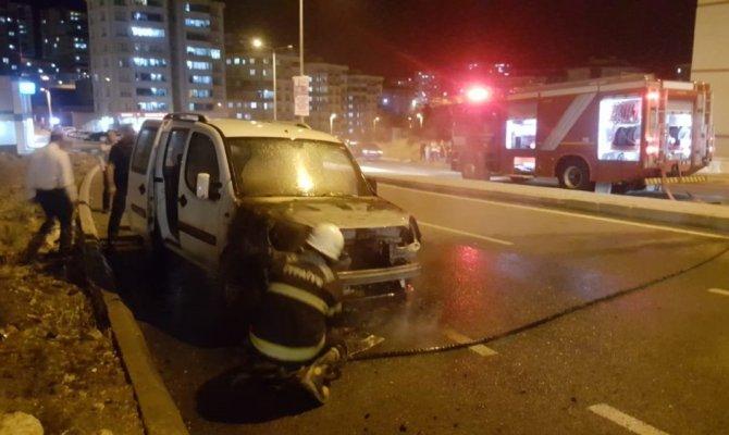Kahramanmaraş'ta park halindeki araç yandı