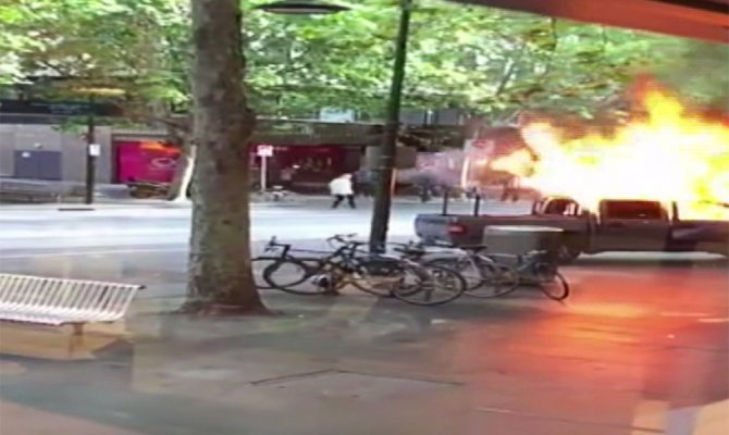 Önce arabasını yaktı, sonra 2 kişiyi bıçakladı
