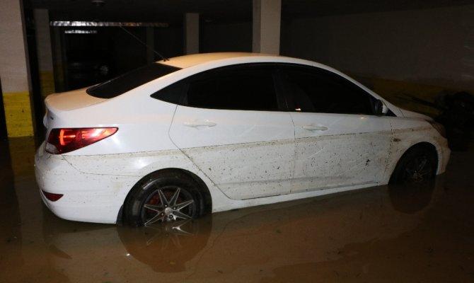 Otoparkı su bastı, araçlar suya gömüldü