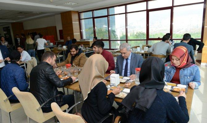 Rektör Can, Öğrencilerle Yemekte Bir Araya Geldi