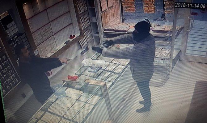 Silahlı soyguncuyu ateş ederek püskürttü