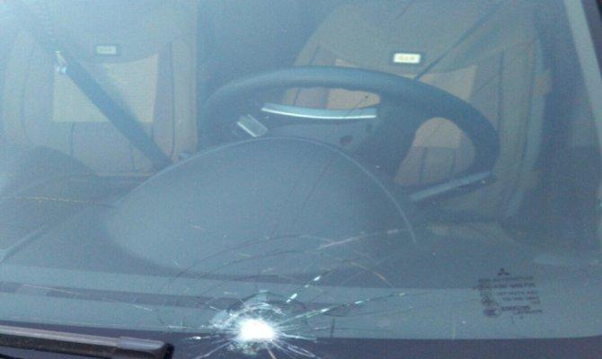 Terör örgütü sempatizanlarından yardım aracına taşlı saldırı