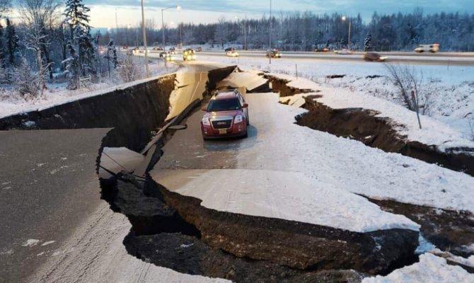 Yollar çöktü, binalarda çatlaklar oluştu