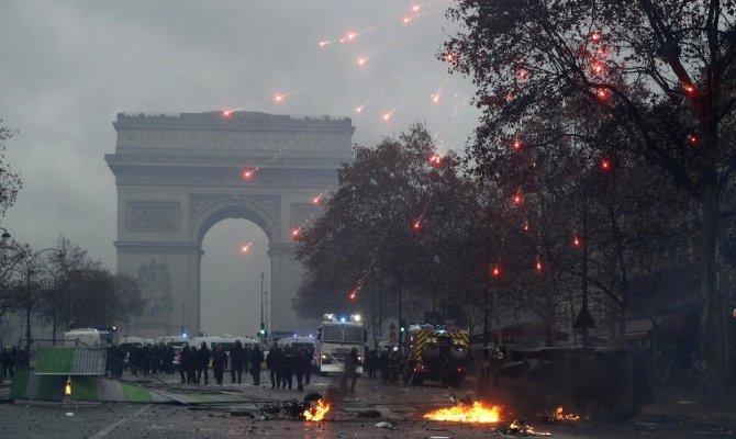 Sarı yelekliler yeni protestolara kilitlendi