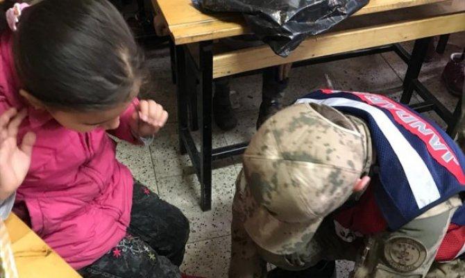 Jandarma Göksun ilçesinde ilkokul öğrencilerine kıyafet yardımı yaptı