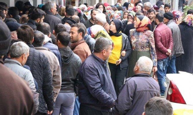 Kahramanmaraş'ta uzun kuyruk oluşturdular, 6 aylık iş için vatandaşlar akın etti!