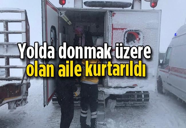 Yolda donmak üzere olan aile kurtarıldı