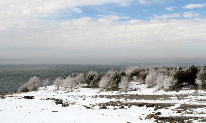 Şelaleler ve şadırvanlar buz tuttu görenleri büyüledi