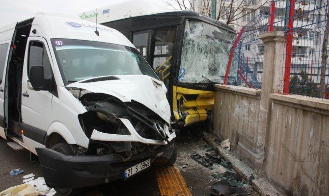 Servis minibüsü ile halk otobüsü çarpıştı çok sayıda yarılı var