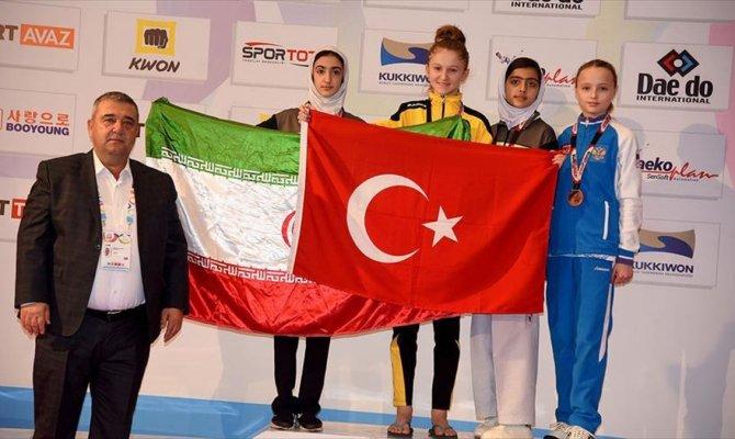 Türk bayrağını öne çıkardığım için gururlu ve mutluyum