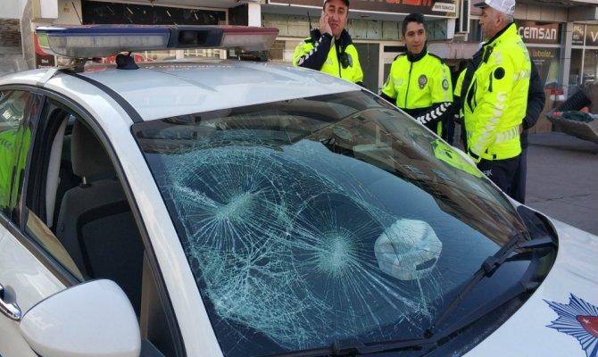 Polis aracının camını kırdılar, bastonla polise saldırdılar