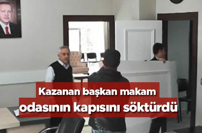 Kazanan başkan makam odasının kapısını söktürdü