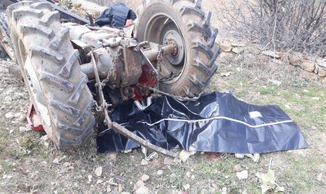 Devrilen traktörde eski muhtar ve eşi can verdi