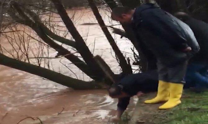 Sel nedeniyle taşan dereden elleriyle balık tuttular