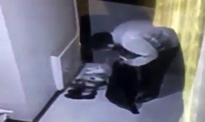 Kapı önlerinde bulunan ayakkabıları çaldı