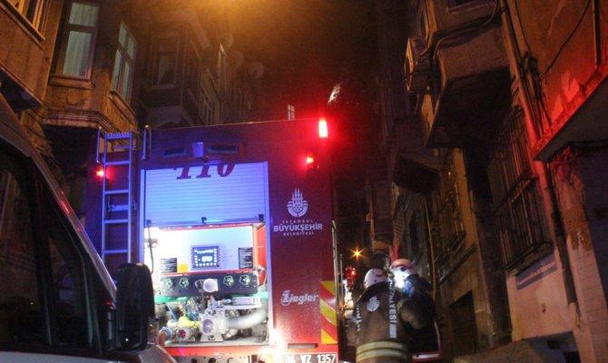 Beyoğlu'nda korkutan çatı yangını