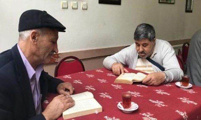 Bu kahvede kitap okuyana çay ve kahve bedava