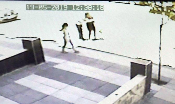 Küçük kızı taciz eden şahıs kameralara yakalandı
