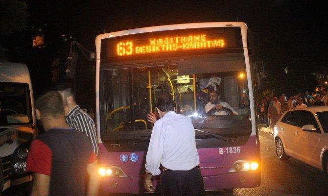 Sürücü kalp spazmı geçirdi, panelvan halk otobüsüne çarptı: 4 yaralı