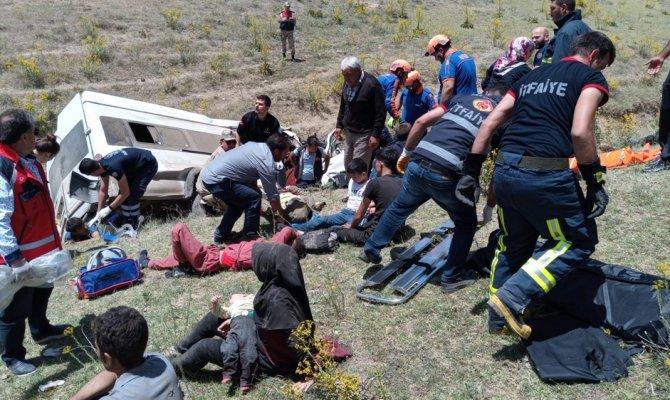 Göçmenleri taşıyan minibüs takla attı: 10 ölü, 25 yaralı