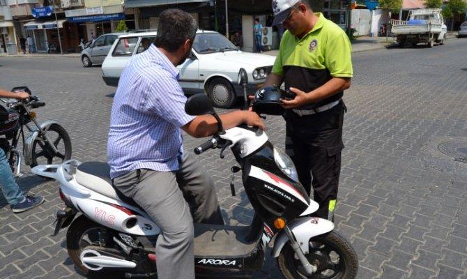 Çağlayancerit'de motosiklet sürücülerine kask dağıtıldı
