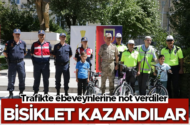 Trafikte ebeveynlerine not verdiler bisiklet kazandılar