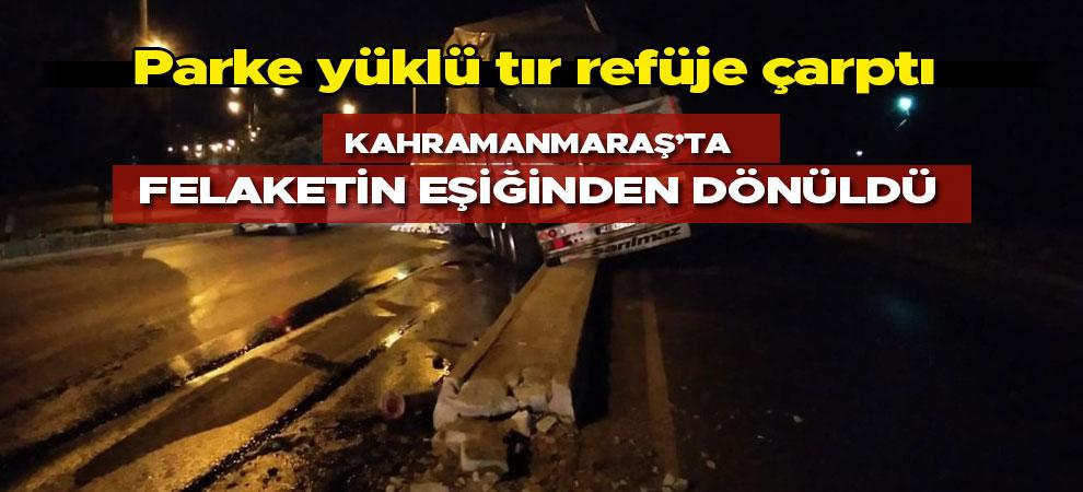 Kahramanmaraş'ta parke yüklü tır refüje çarptı