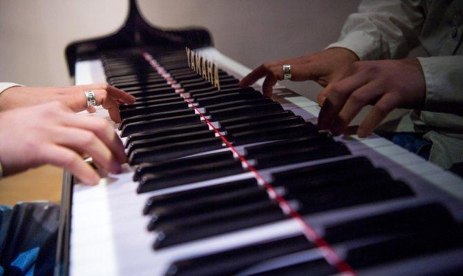 Piyaniste piyano çalma cezası verildi