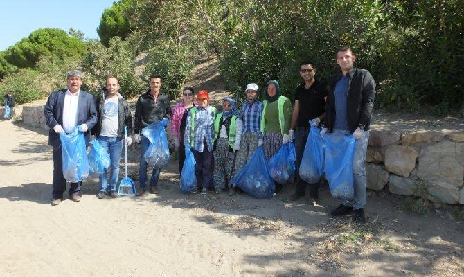Çevreciler Ören sahilinde 700 kilo çöp topladı