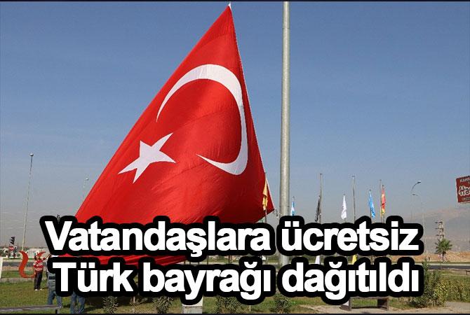 Vatandaşlara ücretsiz Türk bayrağı dağıtıldı