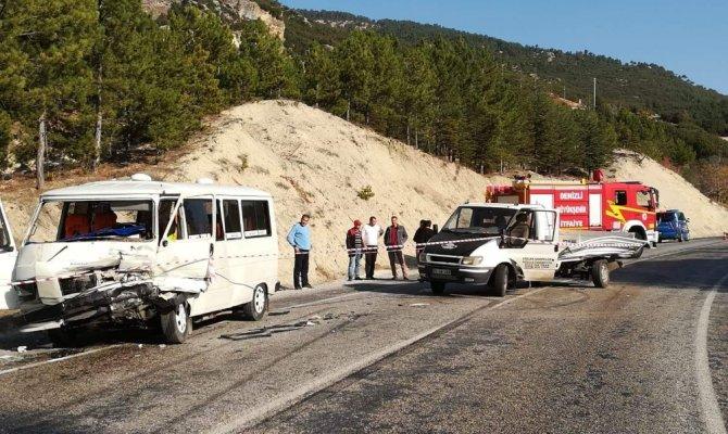 Minibüs ile kamyonet kafa kafaya çarpıştı: 4 yaralı