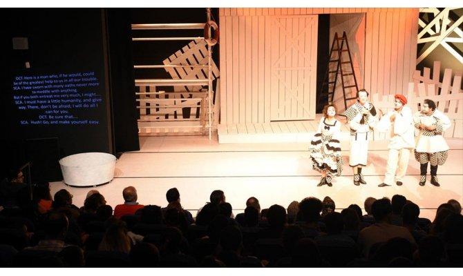 Tiyatro oyunu yabancılar için İngilizce alt yazılı sahnelendi