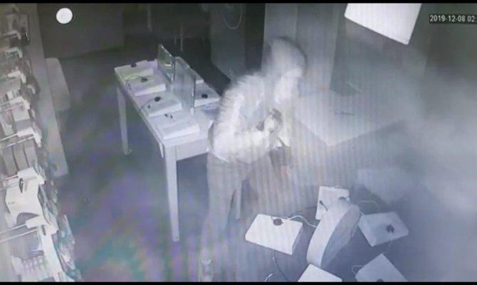 Levyeli telefon hırsızı bekçiden kaçamadı