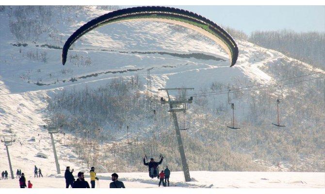 Ovacık Kayak Merkezi'nde yamaç paraşütü keyfi