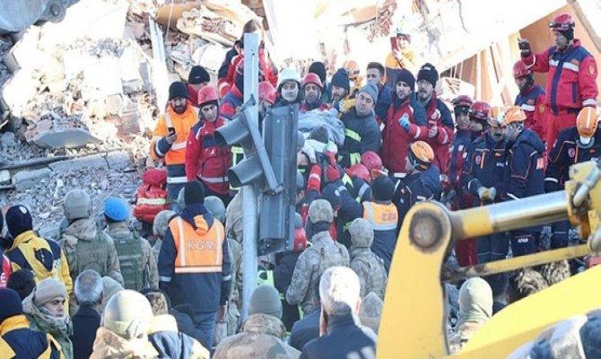Kahramanmaraşlı ekip Türk bayrağını enkaz altında bırakmadı