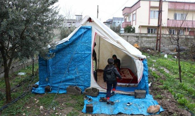 Deprem korkusundan çadırda yaşamaya başladılar