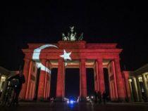 Brandenburg Kapısına Türk bayrağı yansıtıldı