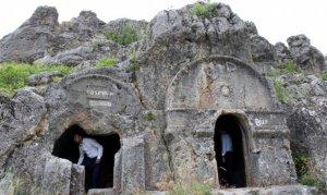 Kahramanmaraş'taki kaya mezarlar dikkati çekiyor