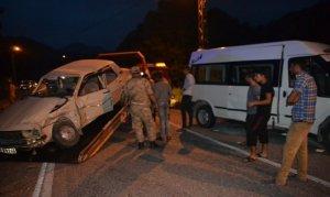 Andırın'da minibüs ile otomobil çarpıştı