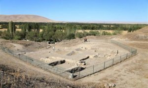 """Kahramanmaraş Karahüyük'te 3 bin yıllık """"urne"""" mezar bulundu"""