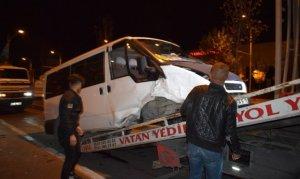 Lastiği fırlayan minibüs kırmızı ışıkta bekleyen 2 araca çarptı