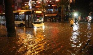 Aşırı yağışlar sokakları göle çevirdi