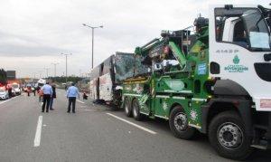 TEM otoyolunda tır ile yolcu otobüsü çarpıştı: 1'i ağır 15 yaralı