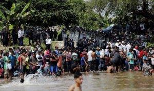 Çetelerin tehditlerinden kaçıp göçmen kervanına katıldı