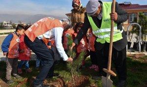 Anaokulu öğrencileri ağaçları toprakla buluşturdu